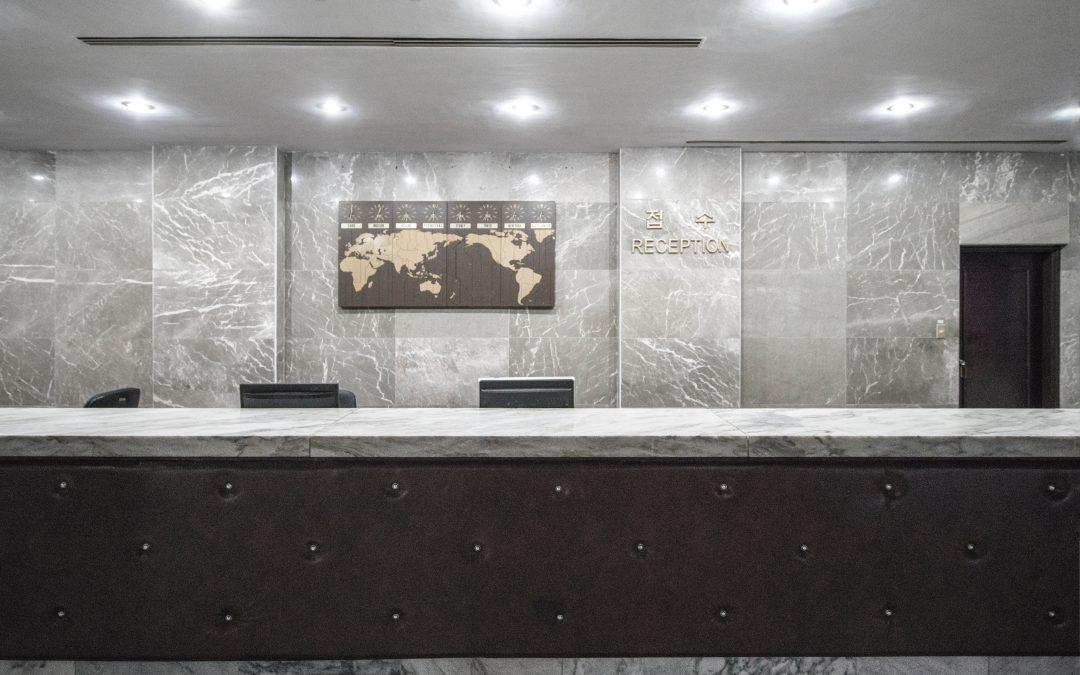 Mit csinál egy szállodai recepciós?